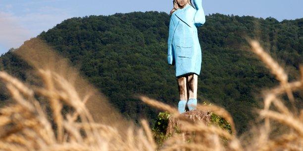 Une statue de melania trump incendiee en slovenie[reuters.com]