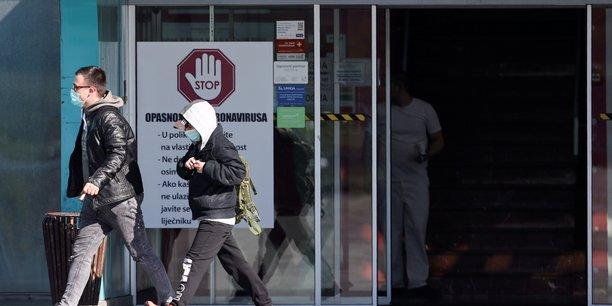 Le port du masque obligatoire dans les lieux publics fermes en croatie[reuters.com]