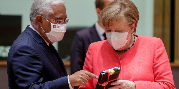 Le sommet a commencé sur une note joyeuse avec la remise de cadeaux à Angela Merkel et au Portugais Antonio Costa qui fêtaient respectivement leurs 66 et 59 ans.