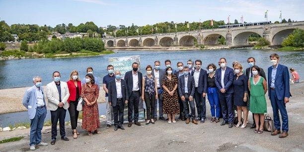 Photo de famille des maires dans le cadre enchanteur des bords de Loire. Au centre Emmanuel Denis, nouveau maire de Tours entre Anne Hidalgo et Eric Piolle.