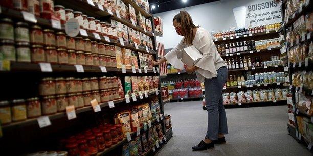 Les dépenses de consommation des ménages français ont rebondi en août après un léger recul en juillet, portées par l'augmentation des achats alimentaires et de la consommation de biens fabriqués, du fait du décalage des soldes cette année, a indiqué mercredi l'Insee.