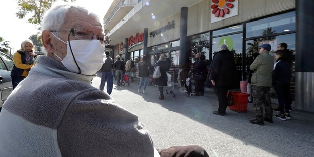 Plusieurs villes rendent le masque obligatoire dans la rue[reuters.com]