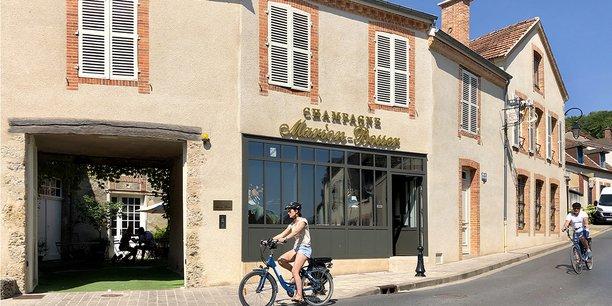 Visite à vélo électrique des villages du vignoble champenois, ici à Hautvillers. (Marne)