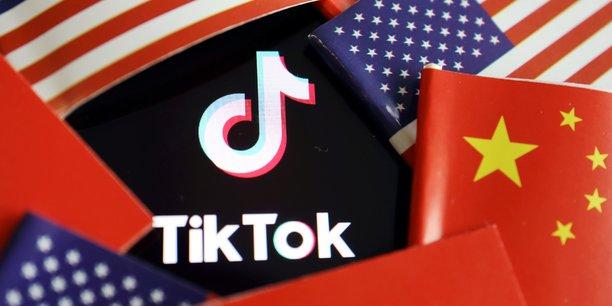 Donald Trump accuse depuis longtemps TikTok d'espionnage sur ses utilisateurs au profit de Pékin, sans donner de preuves. Depuis son décret, négociations, invectives au sommet et rebondissements dans les tribunaux s'enchaînent. Si les tractations n'aboutissent pas, une interdiction complète des activités du réseau sur le sol américain pourrait entrer en vigueur à partir du 12 novembre, a prévenu le Trésor.