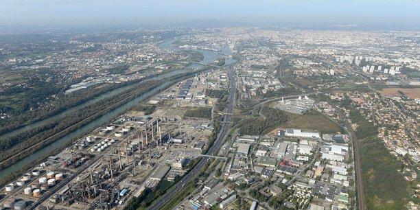 Avec ses 10 000 emplois et ses 500 entreprises, la Vallée de chimie lyonnaise (400 hectares) fait partie des dix plus grandes plateformes industrielles du territoire.