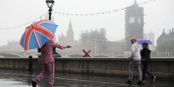 Les entreprises, qui s'inquiètent en parallèle des risques d'un Brexit sans accord compte tenu du blocage des discussions entre l'UE et le Royaume-Uni, redoutent désormais le retrait fin octobre du dispositif de chômage partiel, qui limite jusque-là la casse sociale.