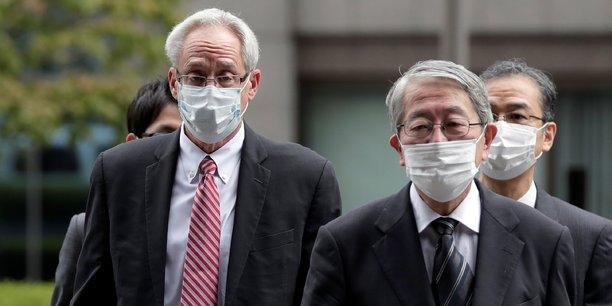 Greg Kelly (à g.) l'assistant de Carlos Ghosn, arrive au tribunal accompagné de ses avocats japonais le mardi 15 septembre à Tokyo.