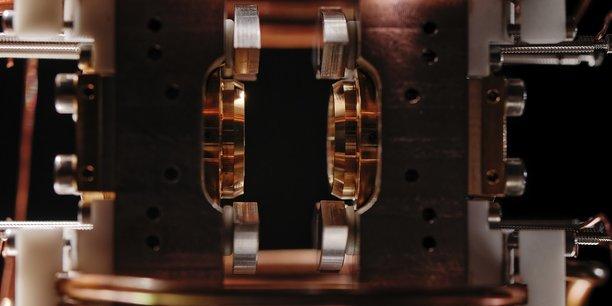 Dispositif permettant de manipuler des atomes uniques avec de la de lumière. Les particules sont isolées dans la zone noire au centre de l'image.