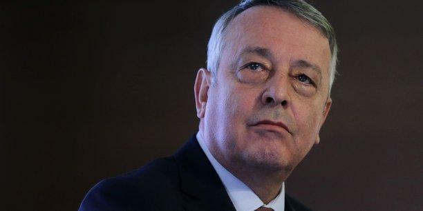 Veolia demande en contrepartie à Suez de désactiver le dispositif que l'entreprise cible de l'offre a récemment mis en place afin de garantir l'inaliénabilité de sa branche Suez Eau France, reposant sur la création d'une fondation de droit néerlandais.