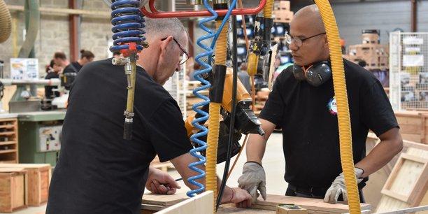 Dans l'atelier bois de l'Esiam, divers objets et du mobilier extérieur sont fabriqués à partir de palettes recyclées destinées à l'enfouissement.