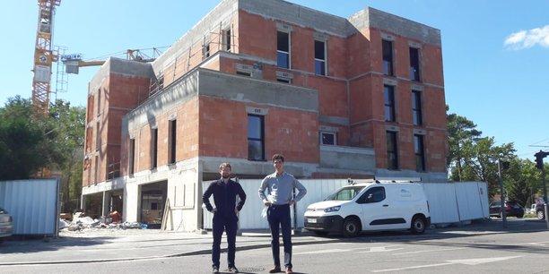 Oscar Lustin et Jean de Miramon, fondateurs de Domani, devant la résidence en construction qui accueillera, à Pessac, leur premier habitat inclusif.