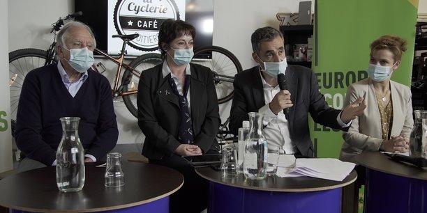 Nicolas Thierry, au micro à Poitiers le 26 octobre, en compagnie de Noël Mamère, à gauche, Maryse Combres (son binôme EELV de Lot-et-Garonne) et Léonore Mondond'huy, maire de Poitiers.