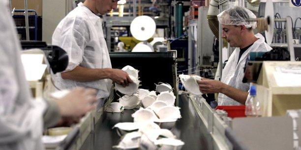 La pandémie a entraîné une hausse soudaine de la demande mondiale d'équipements de protection individuelle, tels que masques, gants, blouses, désinfectant pour les mains en bouteille, etc, souligne l'agence.