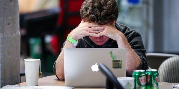 Logements trop étroits, équipements dépassés, déconnexion rendue compliquée, porosité entre la vie professionnelle et la vie privée... le 100% télétravail n'est pas très bien vécu par une majorité de salariés.
