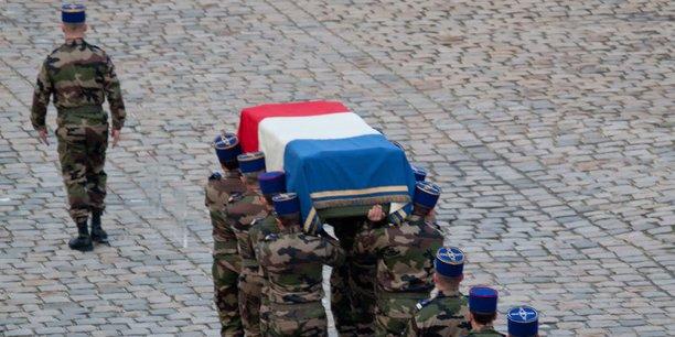 Vu de l'extérieur de l'armée, le soldat meurt pour le drapeau. En réalité, chacun sait au sein d'une unité qu'on ne meurt aujourd'hui que pour son copain de chambrée, comme hier pour son camarade de tranchée. Mais c'est aussi par sens de l'honneur, par fierté d'appartenir à une unité prestigieuse et de se montrer digne des anciens dont la gloire passée rejaillit sur l'uniforme que je porte aujourd'hui (Le groupe de réflexions Mars)