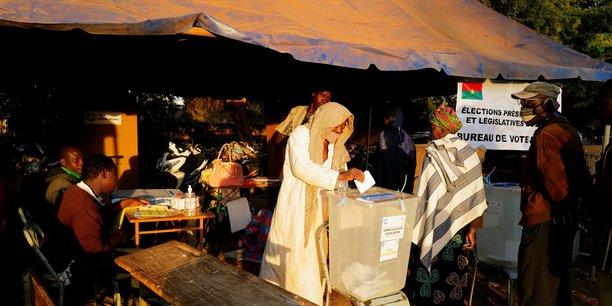 Le burkina faso vote malgre la montee des violences djihadistes[reuters.com]