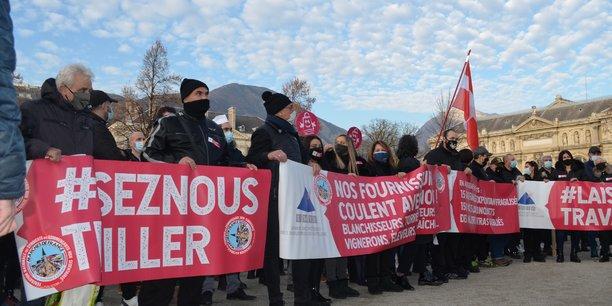 A Grenoble, près de 800 personnes -selon les renseignements généraux- ont manifesté face à la préfecture de l'Isère pour demander la réouverture des bars, restaurants et commerces jugés non-essentiels, ainsi qu'une exonération des charges.