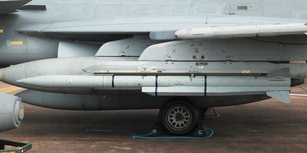 ASB équipe notamment les missiles de MBDA (photo), également fabriqués à Bourges, les systèmes de démarrage des torpilles produits par Naval Group, et fournit les dispositifs d'énergies de secours pour les avions de chasse Rafale de Dassault aviation.