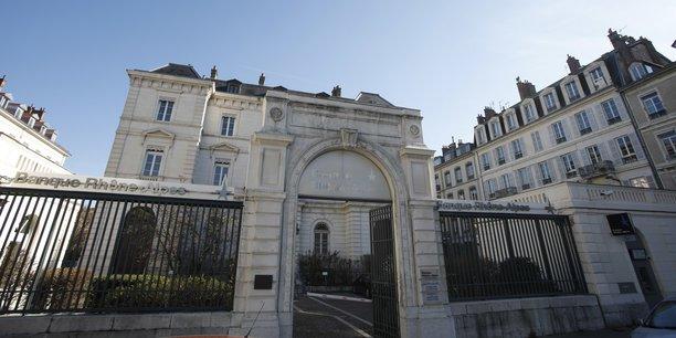 Annoncée ce matin par les deux groupes, la fusion entre la Société Générale et le groupe Crédit du Nord aurait une triple conséquence en AURA, avec le passage sous le bandeau rouge et noir de trois marques : la Banque Rhône-Alpes (BRA), les banques Laydernier (deux Savoie) et Nuger (Auvergne).