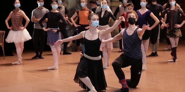 Des danseurs portant un masque se produisent sur scène durant une répétition du ballet de Don Quichotte au théâtre de l'Opéra de Nice, le 10 décembre 2020.