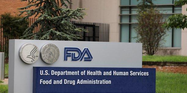 Le chef de la FDA Stephen Hahn a assuré que la rapidité dans l'autorisation du vaccin de Pfizer/BioNTech ne remettait pas en cause le sérieux des vérifications, soulignant que les essais cliniques et d'importants contrôles de sécurité allaient se poursuivre parallèlement à la distribution du vaccin à la population américaine.