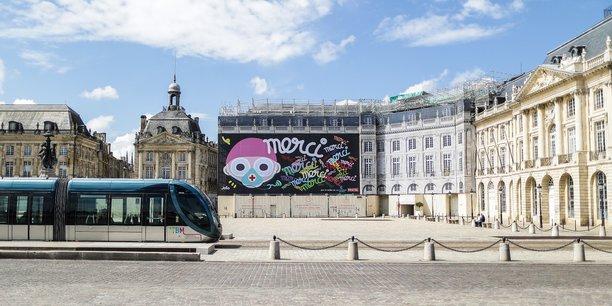 Le confinement vide les rues du centre de Bordeaux, et les manifestations inquiètent les commerçants.