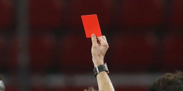 Un arbitre donnant un carton rouge, le 16 décembre dernier, lors d'un match entre Rennes et Marseille.