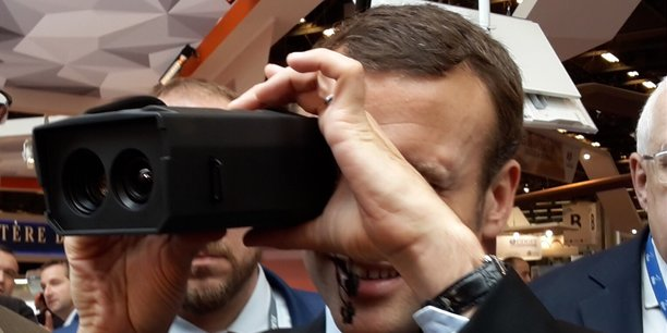 Emmanuel Macron teste une des technologies de Bertin Technologies (vision nocturne)