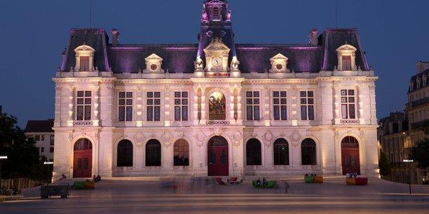 La CRC de Nouvelle-Aquitaine demande à la ville-centre de Poitiers de clarifier ses relations avec le Grand Poitiers et de réduire ses dépenses.