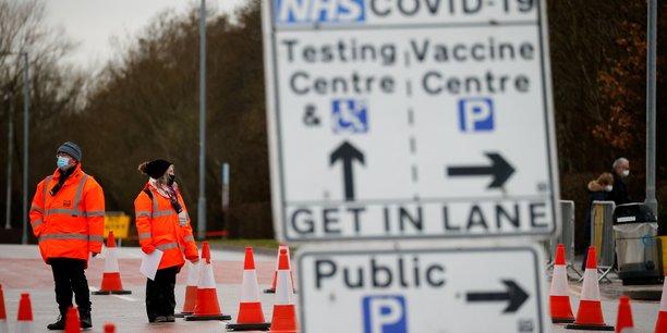 Le Royaume-Uni, qui est déjà le pays le plus endeuillé par la pandémie en Europe, s'attend cependant au pire dans les semaines à venir. (Photo d'illustration: ce lundi 11 janvier 2021, les véhicules font la queue pour entrer dans le parking du NHS Vaccination Center, à Manchester, Grande-Bretagne.)