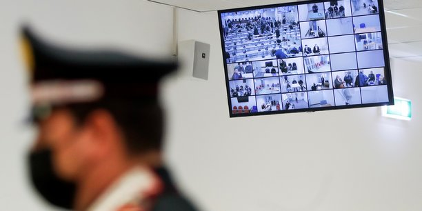 L'italie donne le coup d'envoi a un maxi-proces anti-mafia[reuters.com]