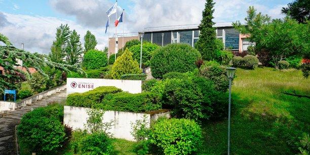 Avec les 1.000 étudiants de l'Enise, la nouvelle Ecole Centrale de Lyon passe le cap des 2.500 étudiants grâce à un nouveau statut jusqu'ici peu utilisé par les écoles d'ingénieurs françaises.