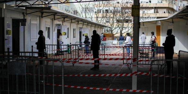 Les portugais se rendent aux urnes en pleine flambee epidemique[reuters.com]