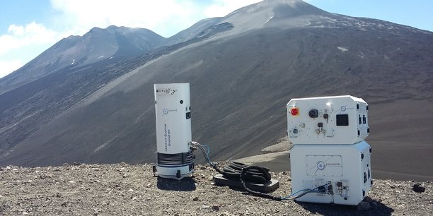 Ce gravimètre quantique est fabriqué et vendu par la société Muquans, basée à Talence (Gironde). Ce capteur installé sur l'Etna, en Sicile, permettra d'écouter l'intérieur du volcan pour détecter les mouvements internes du magma. C'est l'une des multiples applications quantiques.