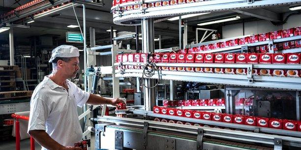Oublié le multi-matériaux, une partie des cafés bio torréfiés dans l'usine rouennaise Segafredo de Sotteville-lès-Rouen en sortent enveloppés d'une seule couche de résine plastique à 100% recyclable.