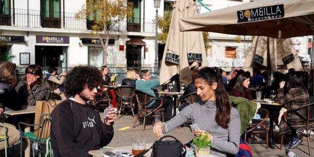 Cafés, restaurants et hôtels rouvrent leurs portes de plus en plus largement, tandis que les touristes européens recommencent à voyager. De quoi stimuler l'activité du secteur privé.