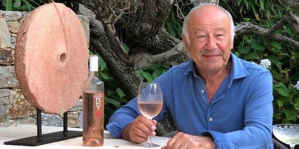 Jean Guyon et sa bouteille de bordeaux rosé à tendance cylindrique, elle aussi hors des clous de la bordelaise classique.