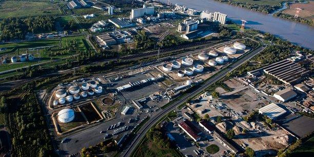 Vue de l'avant-port de Bassens et du site de DPA (Docks des pétroles d'Ambès).