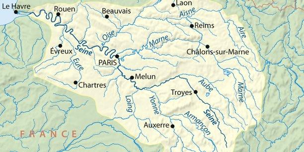 Longue de près de 775 kilomètres, la Seine prend sa source à Source-Seine (62 habitants, Côte d'Or, Bourgogne-Franche-Comté) et traverse, outre Le Havre, Paris et Rouen, des capitales départementales comme Troyes (Aube, Grand-Est) et Melun (Seine-et-Marne, Île-de-France).