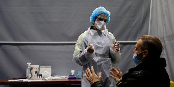 Face à la propagation à haute vitesse des variants anglais dans les Hauts-de-France, l'ARS a déclenché une campagne de tests massive (et gratuite) ce jeudi 18 février et demain vendredi.  (Photo: aujourd'hui, à Dunkerque, dans un centre de dépistage du Covid-19 installé à l'intérieur de la salle de concert Kursaal, un patient face à un agent de santé qui s'apprête à faire un prélèvement nasal.)