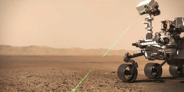 Illustration du rover Perseverance représentant un tir laser de l'instrument SuperCam.CNES/VR2Planet, 2021
