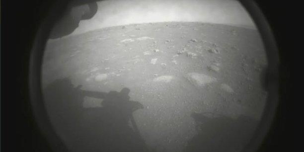 Premier cliché de Mars, pris quelques minutes après l'atterrissage de Perseverance depuis le cache photo