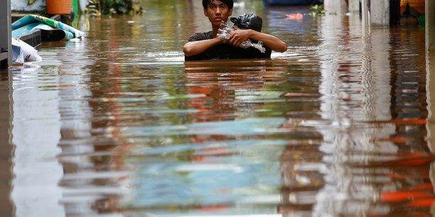 Indonesie: inondations a djakarta, plus de 1.000 personnes evacuees[reuters.com]