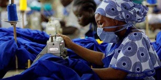 Le dispositif Covax prévoit de fournir près de 2 milliards de doses de vaccins anti-covid cette année aux citoyens de tous les pays à faible revenu. (Photo d'illustration: à Accra, au Ghana, le 10 avril 2020, dans une manufacture qui fabriques à la demande du gouvernement des équipements de protection individuelle à destination des agents de santé locaux de première ligne)
