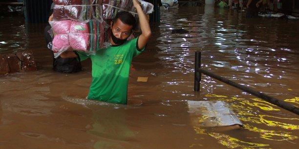 Indonesie: les recherches se poursuivent apres un glissement de terrain[reuters.com]