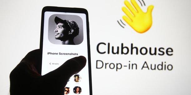 Comme le pronostique Luc Julia, cocréateur de l'assistant vocal Siri et vice-président innovation de Samsung[9], nous vivons déjà dans un environnement ubiquitaire, « fait d'interfaces technologiques dites émotionnelles capables de percevoir nos émotions et nos humeurs à partir de nos gestes, de la façon dont nous bougeons un sourcil ou dont notre voix se module ».