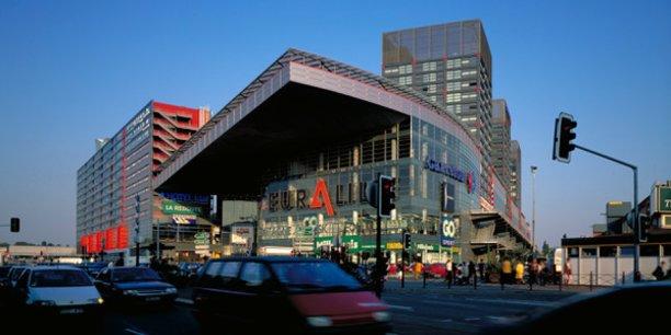 Le quartier d'Euralille à Lille semble avoir réussi le pari insensé d'une « densité profitable » en mixant espaces, transports, commerces et logements. Ce projet urbain tentaculaire fait parler de lui depuis bientôt quarante ans sans toujours faire l'unanimité...