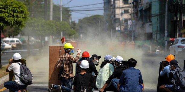 La police birmane reprime les manifestations, une femme tuee[reuters.com]