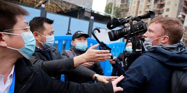 Le 31 janvier 2021, lors de la visite du marché de fruits de mer de Huanan, à Wuhan épicentre de la pandémie de covid-19, par l'équipe de l'Organisation mondiale de la santé (OMS) chargée d'enquêter sur l'origine de la maladie, le personnel de sécurité empêche les journalistes des médias étrangers de prendre des images. (Photo: Thomas Peter / Reuters)