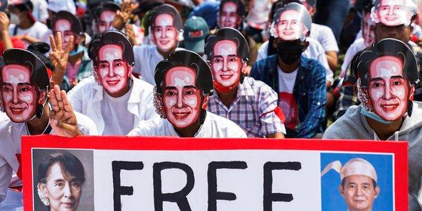 Birmanie: aung san suu kyi de nouveau accusee, les manifestations se poursuivent[reuters.com]